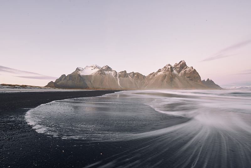 Este archivo RAW es un candidato perfecto para realizar un buen FOCAL BLENDING. En realidad, la montaña de Vestrahorn, es mucho más grande, en esta foto (tomada a 14mm) se ve mucho más pequeña.
